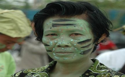 """Cambodians Dress Like Na'vi From """"Avatar"""" To Save The Rainforest"""