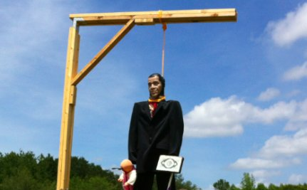 Quran-Burning Pastor Hangs Obama in Effigy