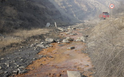 Families in China Forced to Drink From a Contaminated 'River of Gatorade'