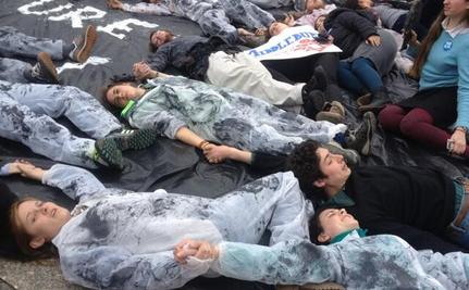 "Hundred of Students Create ""Human Oil Spill"" at White House to Protest Keystone XL Pipeline"