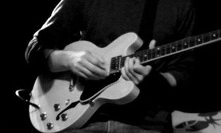 عزف على آلة موسيقية