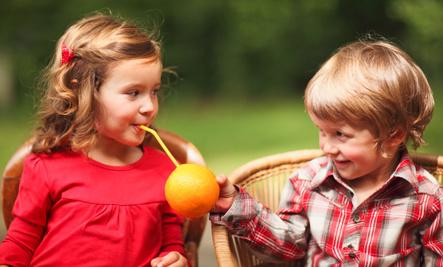chłopiec z pomarańczą