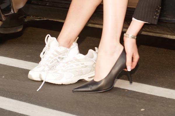 run commuter changing shoes