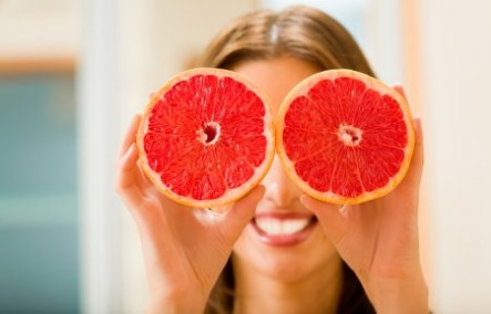 Young woman with grapefruit at home | Young woman with grapefruit at home