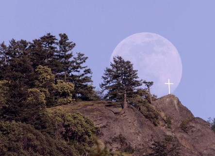 Mt. Tzouhalem moonrise (Photo by Mike Szaszik)