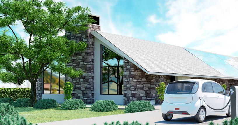 Automobile elettrica con casa ecologica